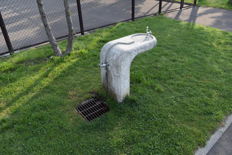 テニスコート横の手洗い場・水飲み場