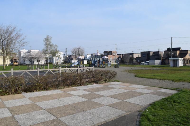 公園中央のパーゴラ付近からあそびの広場方面