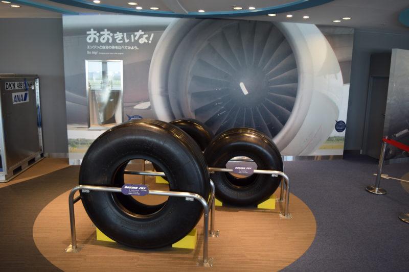 巨大なタイヤ・エンジンパネル