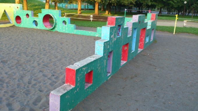 砂場の周りには丸、四角、三角の様々な形の穴が開いた壁