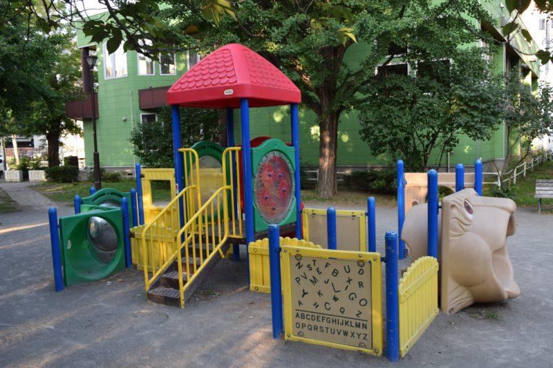 小さい子用のコンビネーション遊具