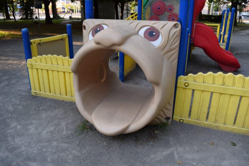 大きい動物の口のトンネル