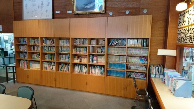 事務室前の約1,000冊の図書コーナー