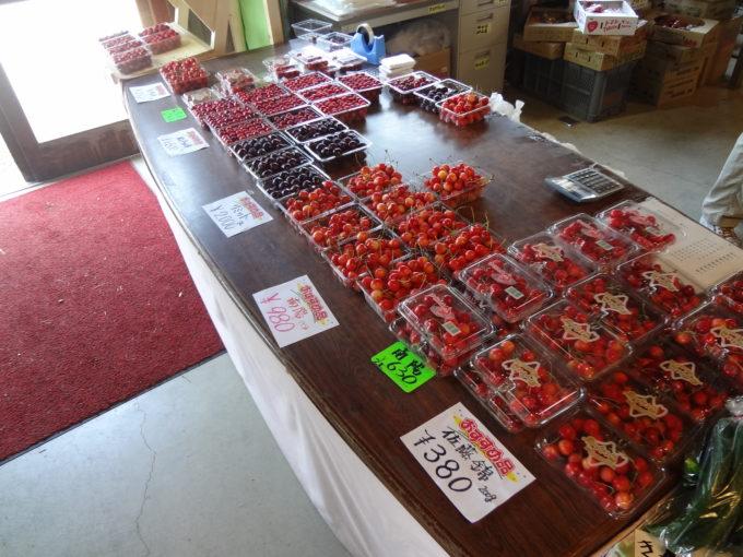 山本観光果樹園の館内では、さくらんぼをはじめ旬の果物を即売