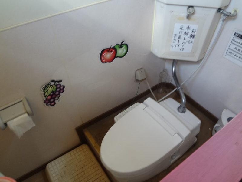 果樹園の中のトイレ