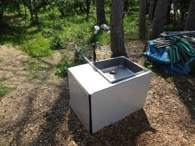 果樹園ビニールハウス下にある手洗い場