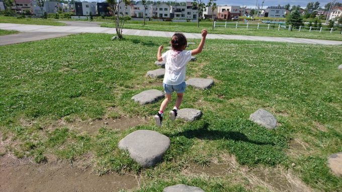 明日風公園石のステップ