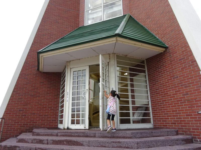 開基百年記念塔の出入口