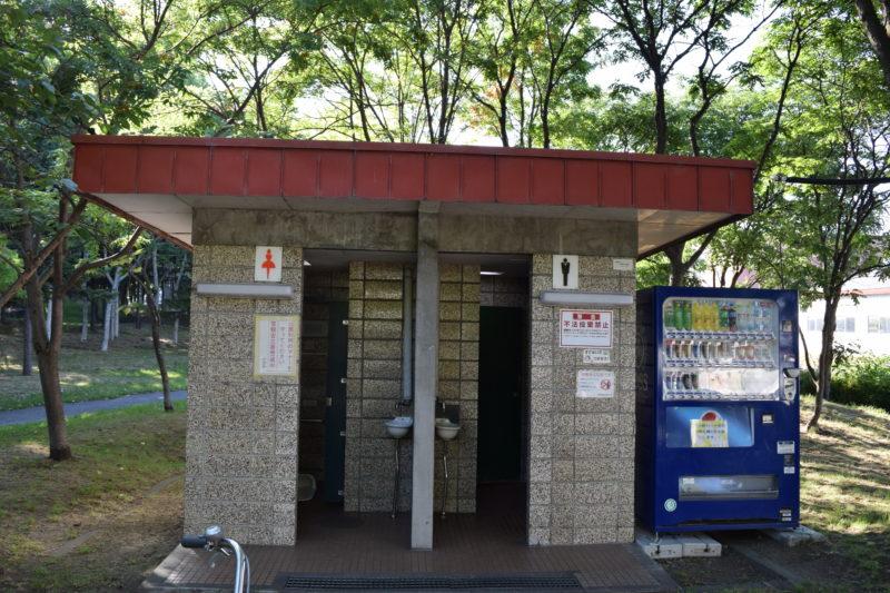 元町南23号線側の園名板付近のトイレ。