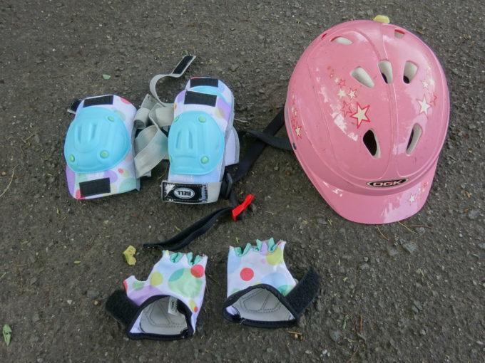自転車練習のヘルメットとパット