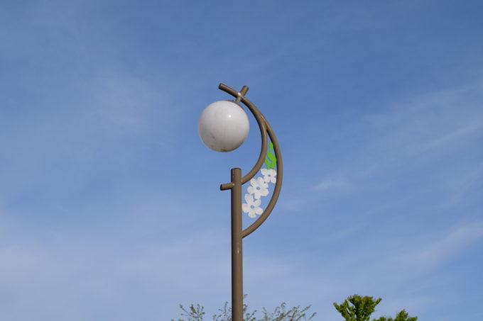 ライラックをモチーフにした公園内の街灯