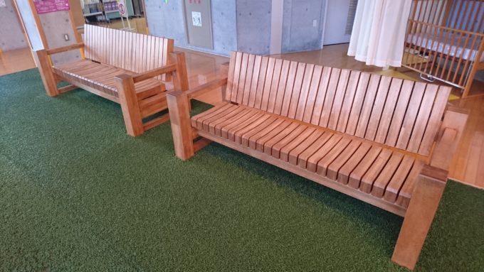 リラックスプラザ内のベンチ