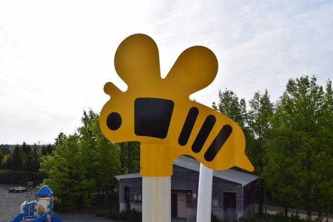 大型コンビネーション遊具の黄色いハチのモニュメント