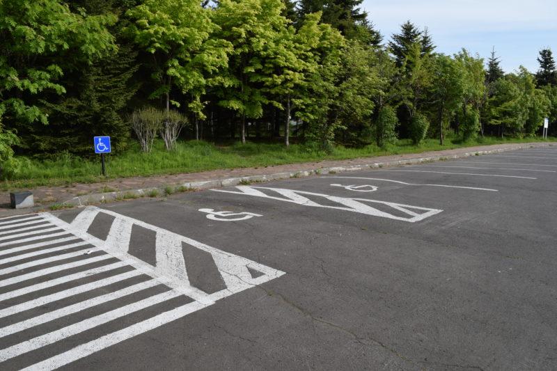 ピクニック広場側の駐車場のバリアフリースペース
