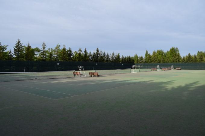 砂入り人工芝の4面ある川下公園テニスコート