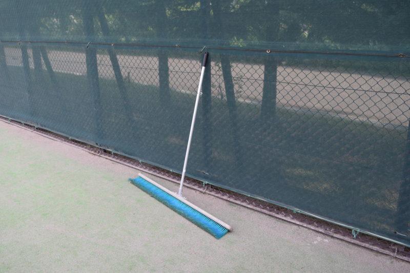 テニスコートにあるブラシ
