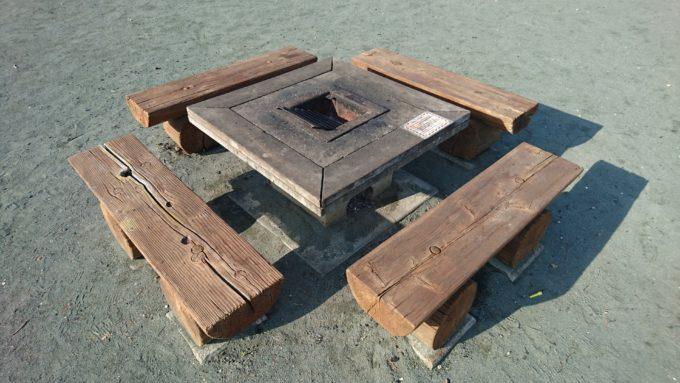 備え付けの炉は20基、各自で足付きコンロ等の持ち込みは可能。