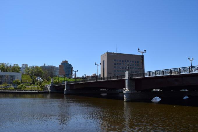 ぬさまい広場からの幣舞橋と釧路川