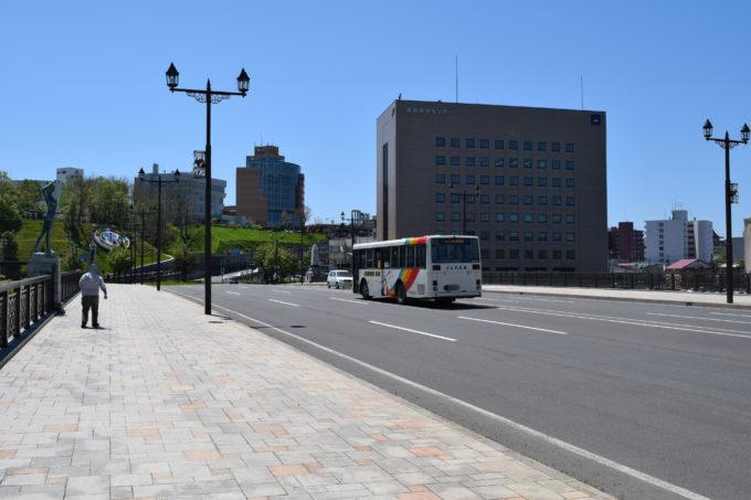 幣舞橋を走る釧路バスのたくぼく循環線