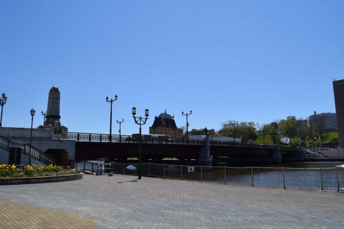 幣舞橋を走る釧路バスと釧路川。
