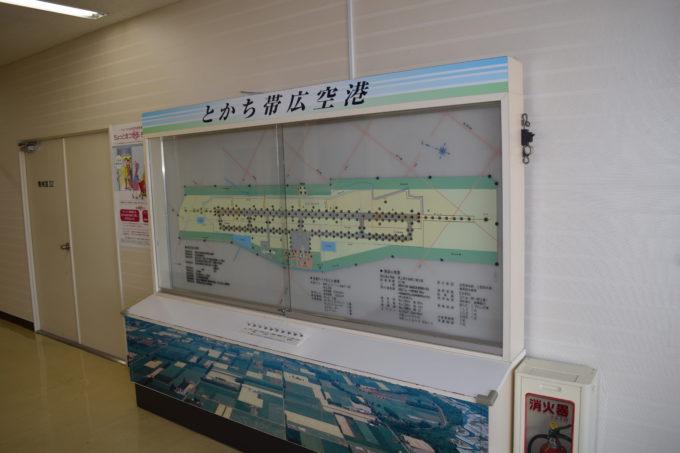 空港ターミナルビルと施設概要盤