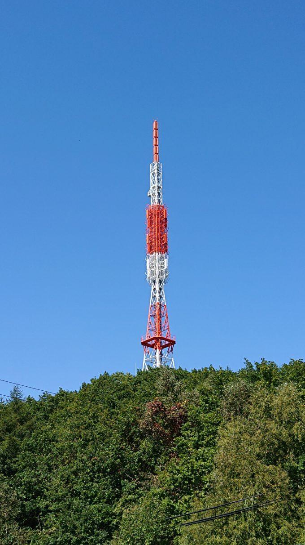 十勝が丘展望台展望台から見える山東山の帯広テレビ送信所(帯広送信所)