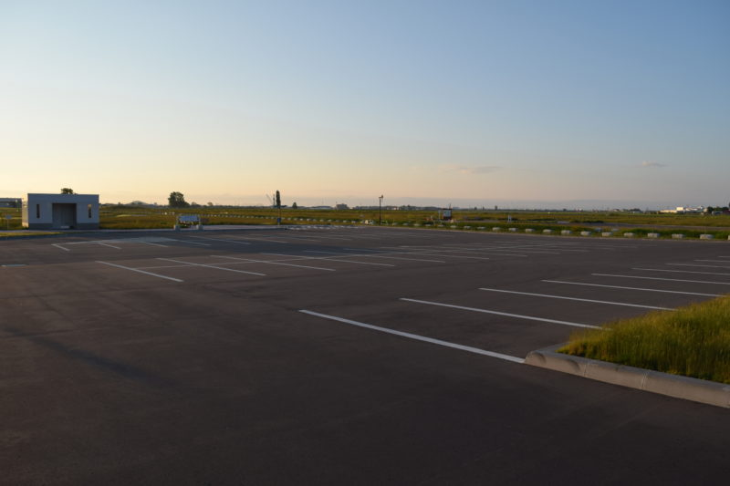 丘球空港緑地北西エントランス広場にある駐車場