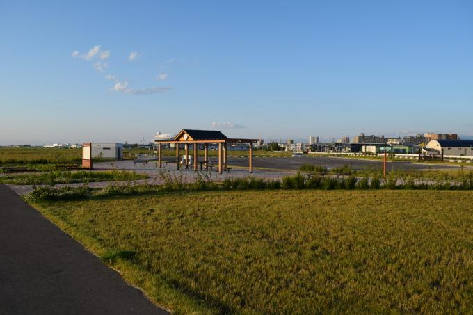 丘球空港緑地北西エントランス広場
