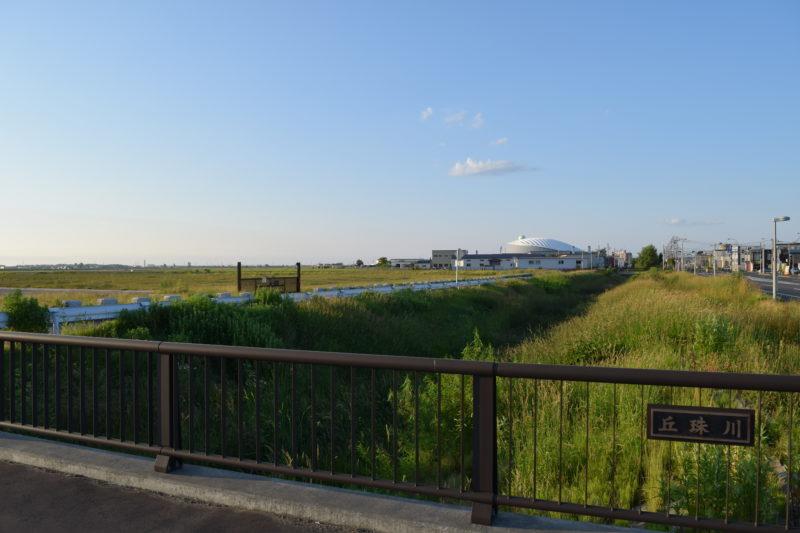 篠路通沿いを流れる丘珠川