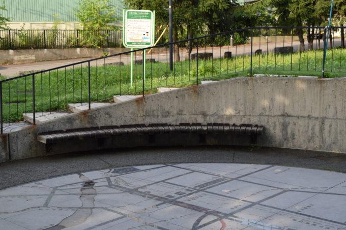 地図のひろばにあるベンチ