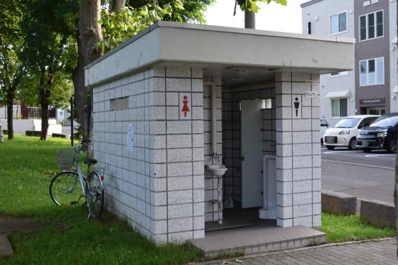大友公園の和式の男女別トイレ