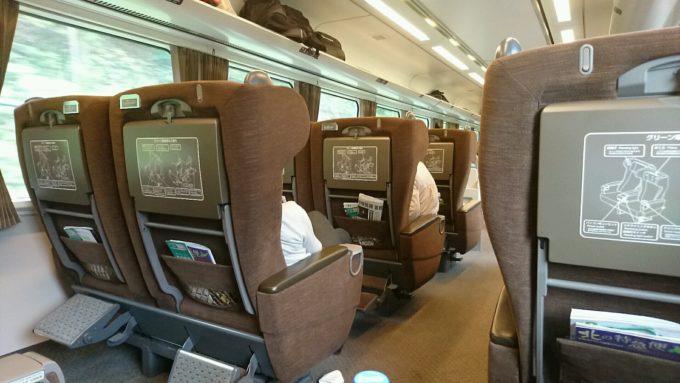 グリーン車となっている3号車の座席は1人掛けと2人掛けがあります。