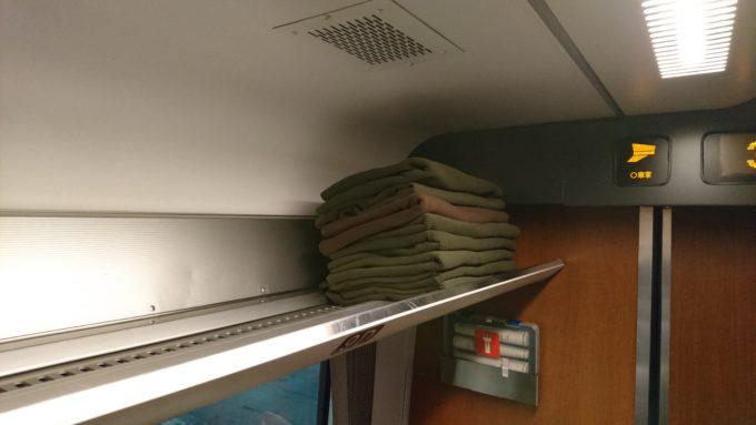 スーパーおおぞらグリーン車荷物棚にあるひざ掛け