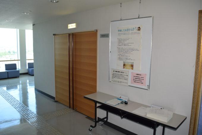 滝川市議会が開かれる議場傍聴席の入口