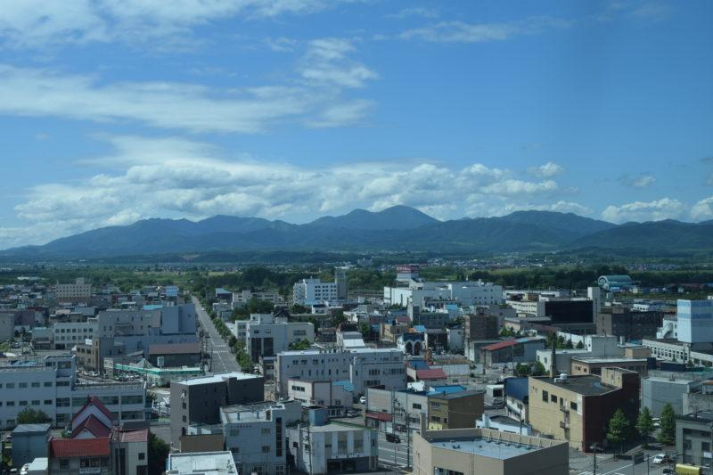 樺戸三山。左から隈根尻山(くまねしりやま)、ピンネシリ、神居尻山(かむいしりやま)。