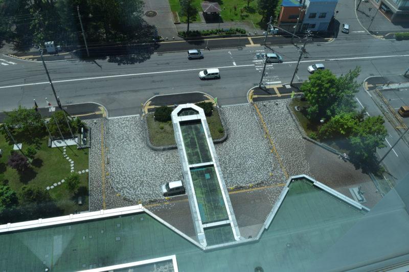 展望ロビーから見る滝川市役所の庁舎正面玄関