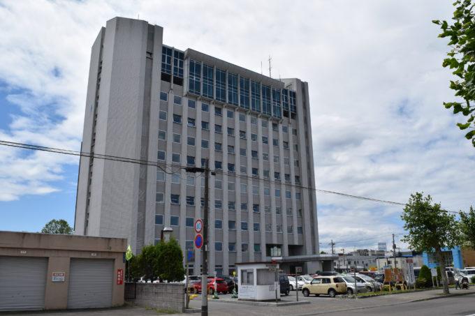 庁舎北側にあたる官公庁通から見る滝川市役所庁舎