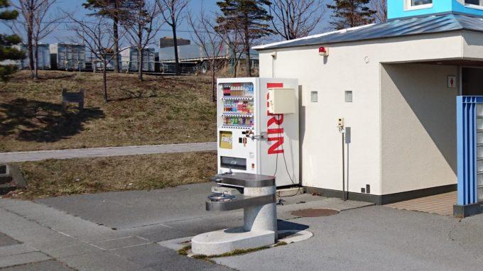 キラキラ公園のトイレ脇にある自動販売機と水飲み場・手洗い場