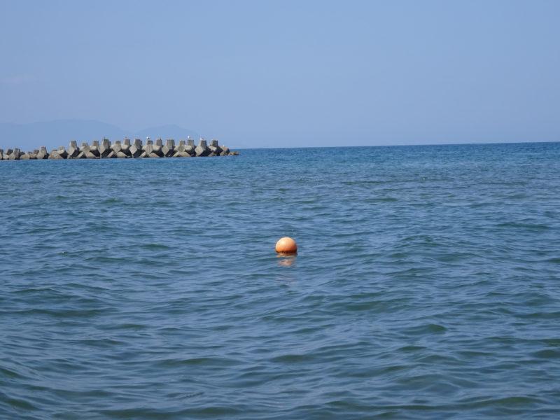 銭函海水浴場の遊泳可能な区域と禁止区域を区域するブイ