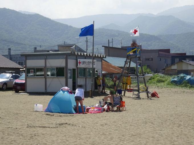 銭函海水浴場の札幌市水上安全赤十字奉仕団の監視員