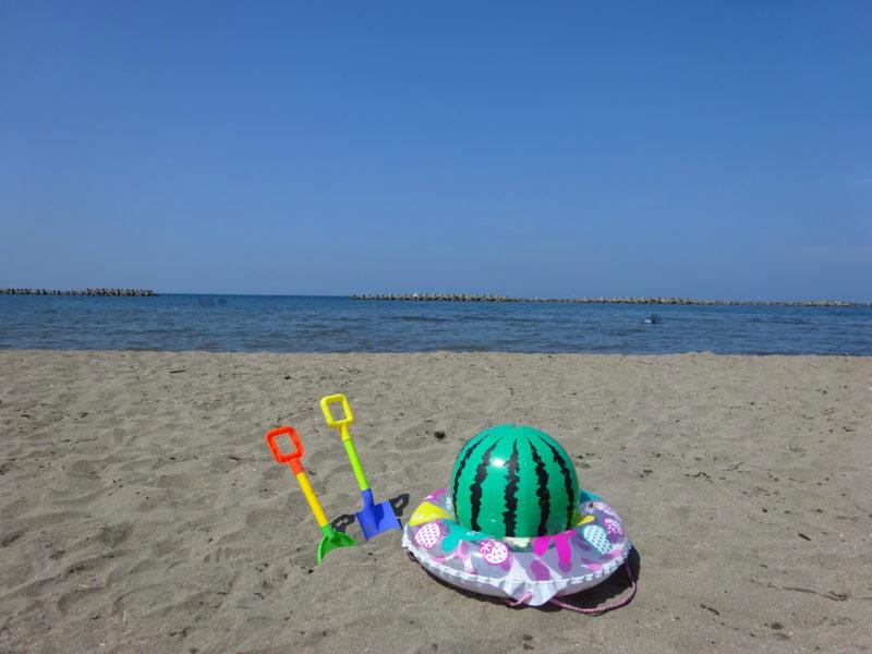 ビーチボールや砂浜で遊ぶスコップ
