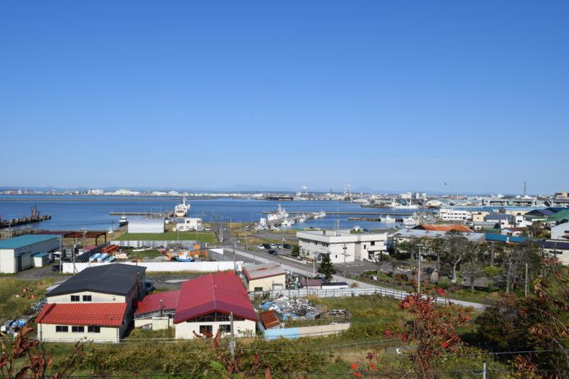 東港区と中央埠頭。釧路川河口や王子製紙、日本製紙も見えます。雌阿寒岳と雄阿寒岳まで見渡せます。