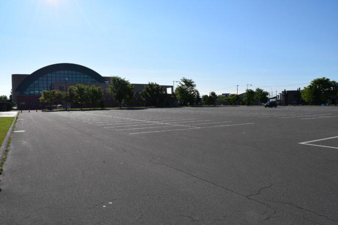 忠和公園体育館前の駐車場