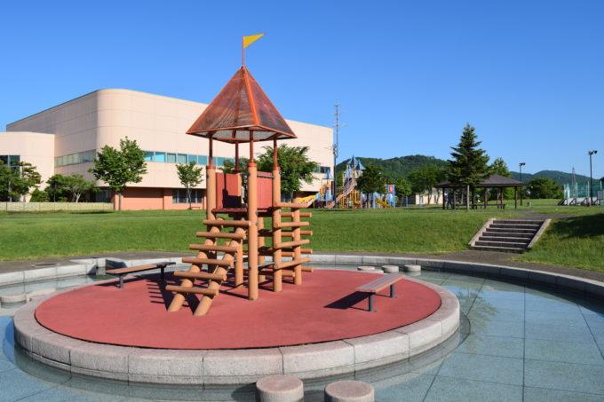水上トリムコースと遊具広場は隣接