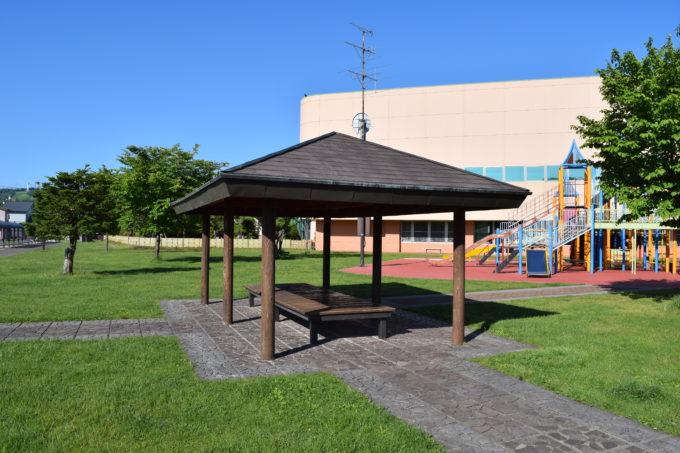 忠和公園体育館と遊具広場脇にあるあずまや