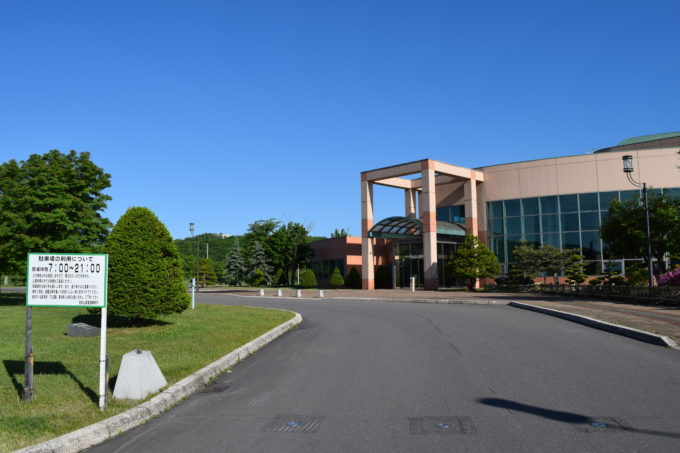 忠和公園体育館側駐車場の出入口