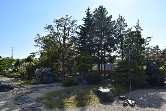 忠和公園体育室横にある庭園