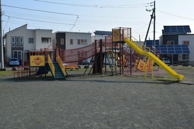 滑り台もついた大型のコンビネーション遊具