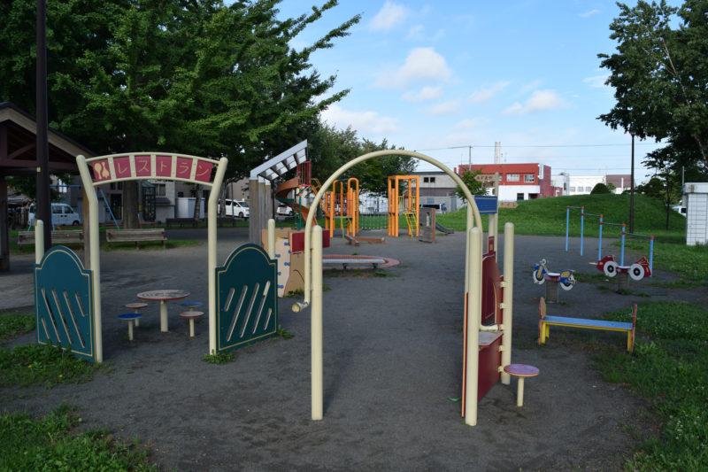 チビデカ公園名物のままごと広場と遊具広場