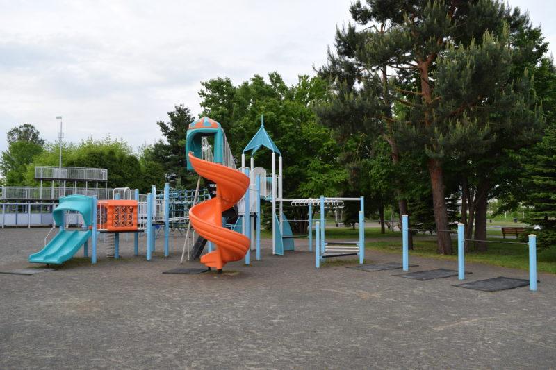 鉄棒や吊り輪、滑り台などがついたコンビネーション遊具